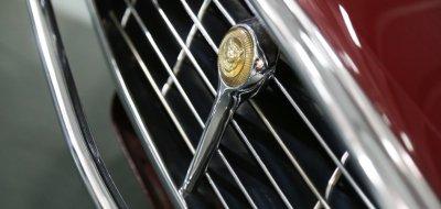 Jaguar E-Type 1972 - Jaguar logo, front shell