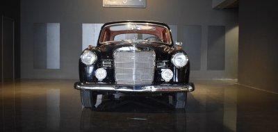 صورة أمامية لسيارة مرسيدس بنز ١٩٠ موديل عام ١٩٦٠