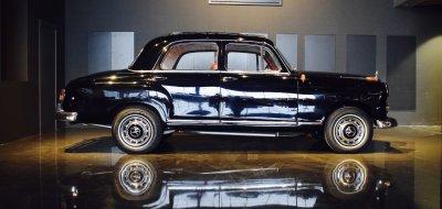 صورة جانبية يمنى لسيارة مرسيدس بنز ١٩٠ موديل عام ١٩٦٠