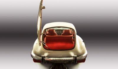 Jaguar E-Type 1971 rear with trunk open